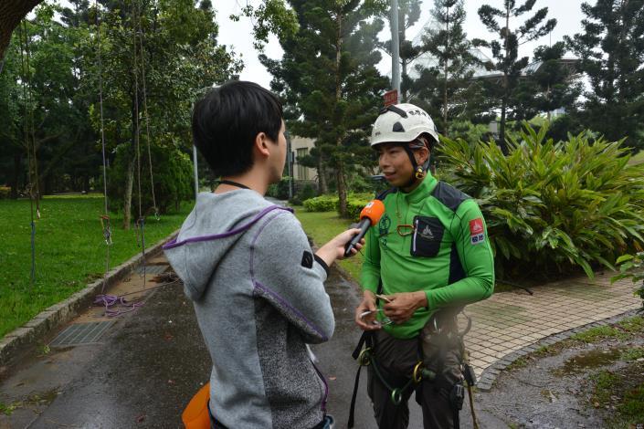 現場記者採訪攀樹師相關攀樹知識(於大安森林公園攝)[開啟新連結]