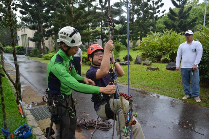 專業攀樹師指導攀樹技巧(於大安森林公園攝)[開啟新連結]