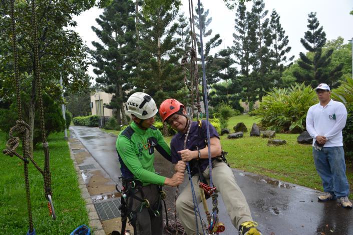 專業攀樹師正指導攀樹技巧(於大安森林公園攝)[開啟新連結]
