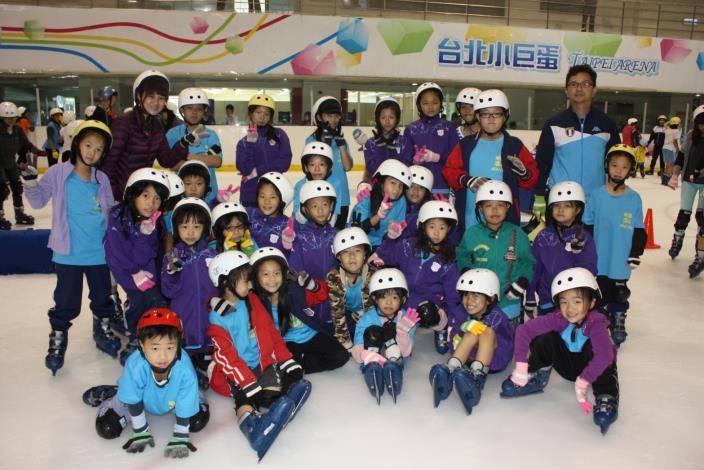 最後一排右一_黃國庭主任_10206小巨蛋滑冰[開啟新連結]