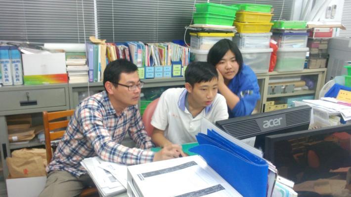 左一李自瑞主任_課餘時間指導學生參加學習檔案競賽[開啟新連結]