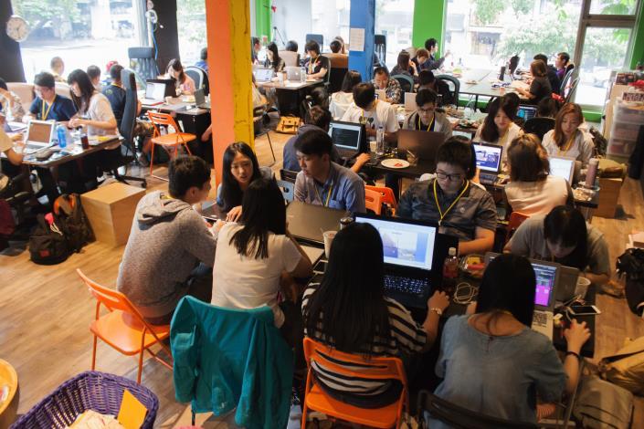 近70名參賽者聚集一堂進行24小時不間斷的性別腦力激盪與科技開發[開啟新連結]