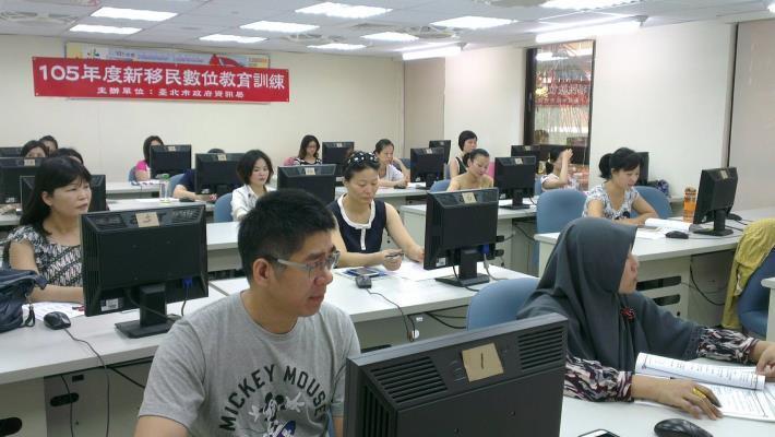 照片2- 105年新移民數位教育訓練「網路開店」實用班學員上課情形