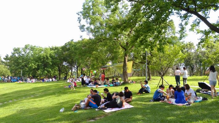 1.公園草坪是親子聚會的好場所