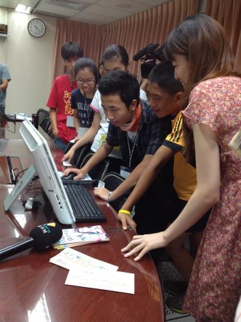 照片3-國高中生親身使用i-Voting進行網路投票情形,搶鮮體驗