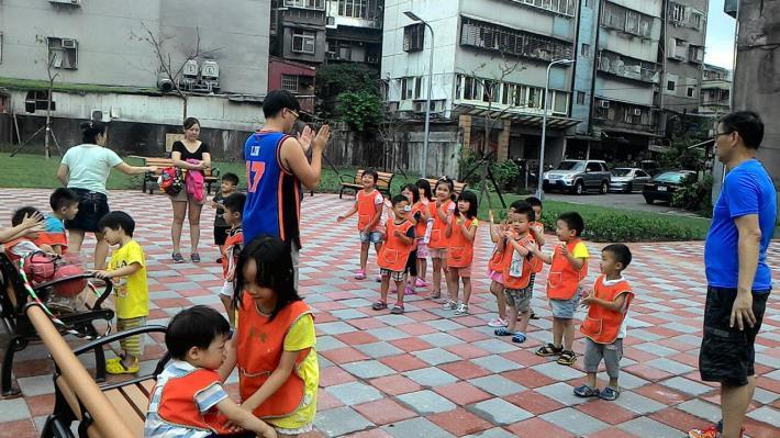 圖3. 里民與孩童在公園裡活動(游堯堂里長提供)[開啟新連結]