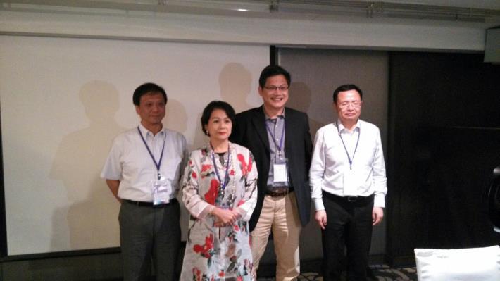 李維斌局長、邱月香理事長、盧希鵬教授及邵志清副主任合影(由左至右)