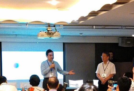 臺北市政府副市長鄧家基與上海市長代表沙海林蒞臨「智慧城市分論壇」向與會者致意