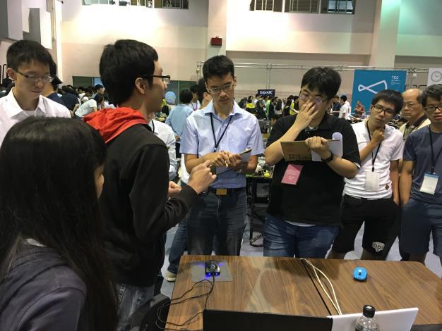 資訊局評審團專注聆聽參賽團隊解說