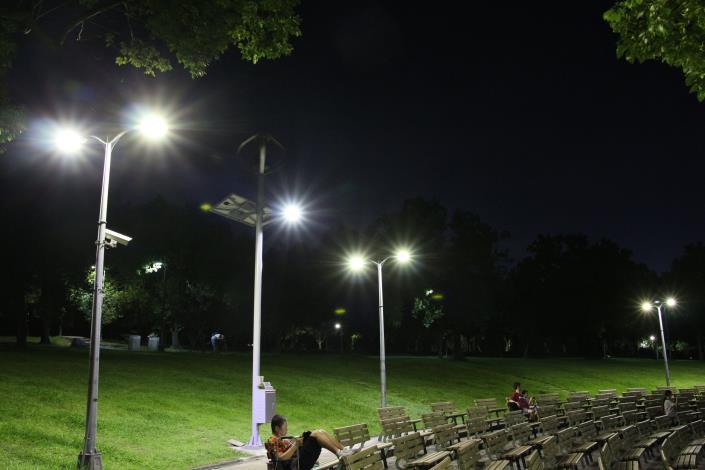 圖8.大安森林公園音樂臺設置風光互補路燈及行動裝置充電系統夜間照片