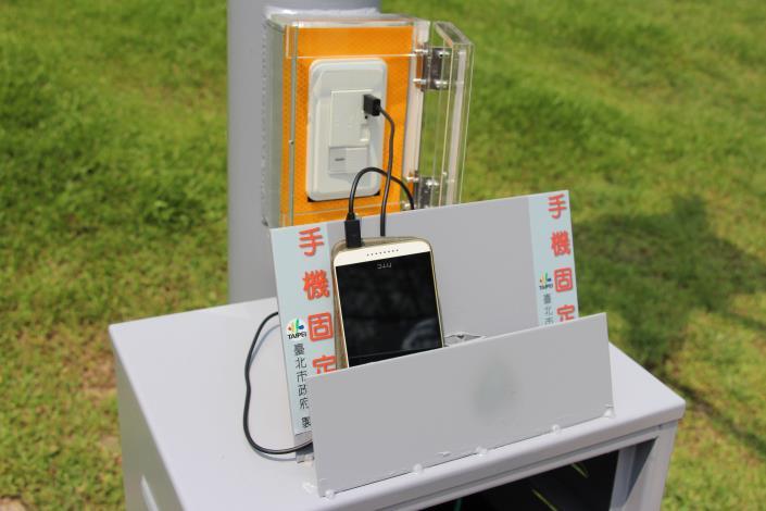 圖6.大安森林公園音樂臺設置風光互補路燈及行動裝置充電中現況
