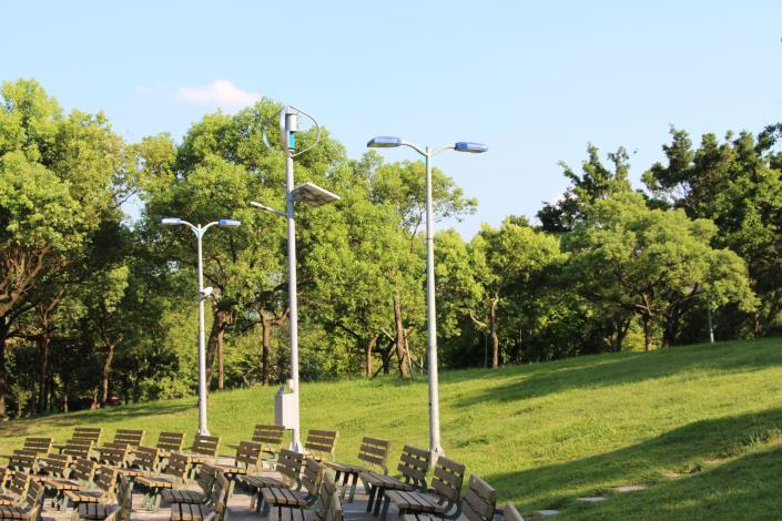 圖3.大安森林公園音樂臺設置風光互補路燈及行動裝置充電系統