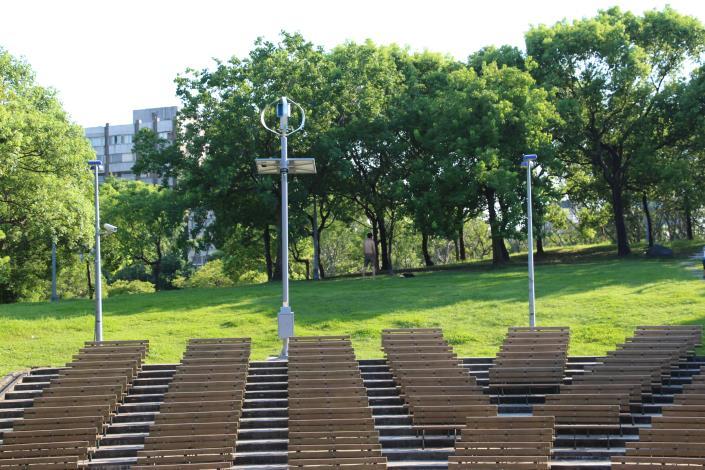 圖1.大安森林公園音樂臺設置風光互補路燈及行動裝置充電系統
