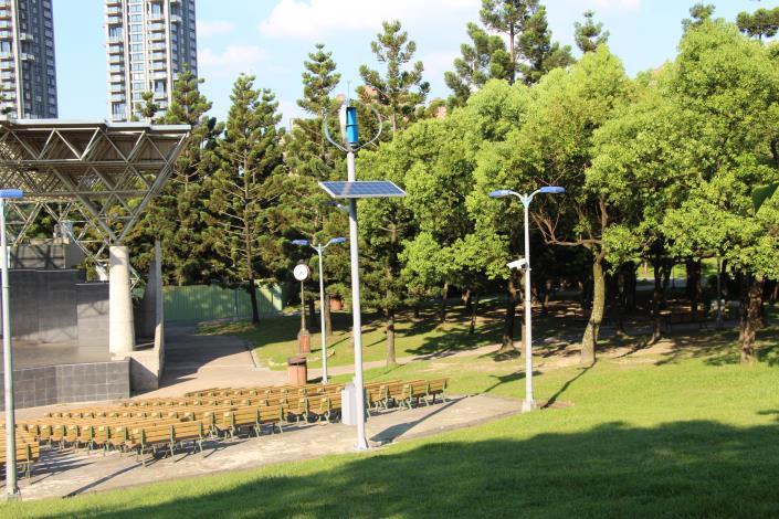 圖4.大安森林公園音樂臺設置風光互補路燈及行動裝置充電系統