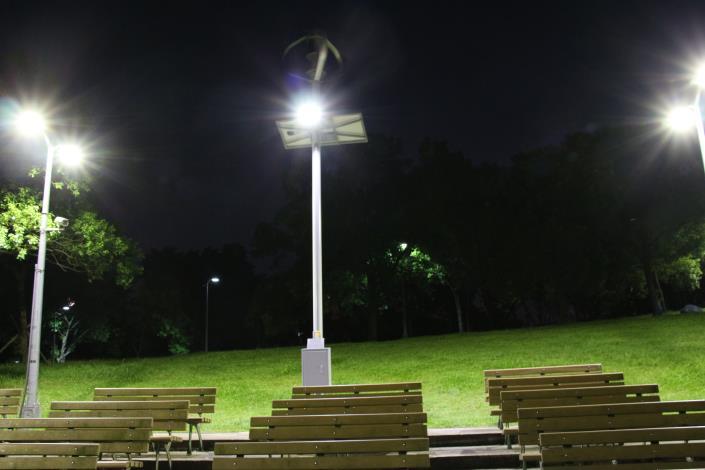 圖7.大安森林公園音樂臺設置風光互補路燈及行動裝置充電系統夜間照片