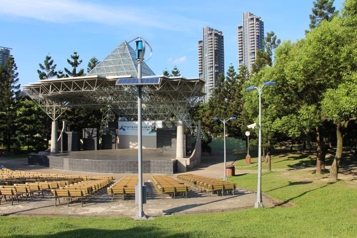 圖2.大安森林公園音樂臺設置風光互補路燈及行動裝置充電系統
