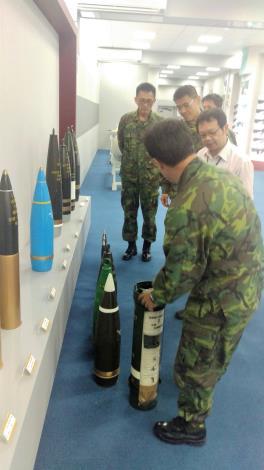 圖9、202兵工廠廠長展示將於八二三紀念公園展示155mm及40mm砲彈。