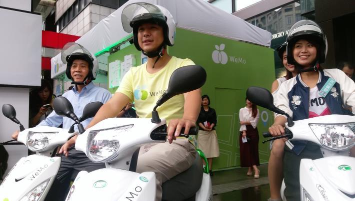 圖一:林欽榮副市長(左一)與WeMo執行長吳昕霈(中)體驗智慧共享電動機車服[開啟新連結]