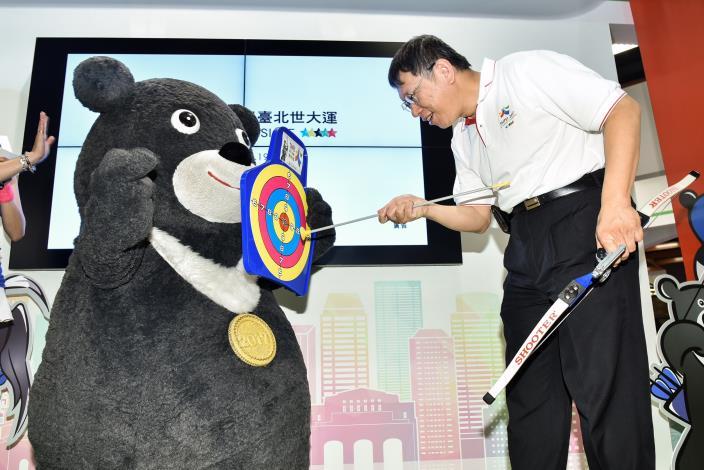圖4:柯市長與熊讚合力完成射箭比賽,互動活潑生動有趣![開啟新連結]