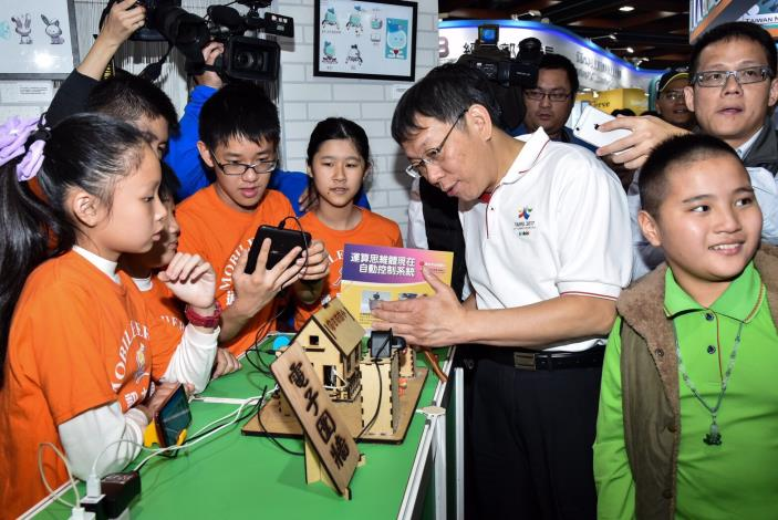 圖5:柯市長參觀市政館,和日新國小學生一起推動「自造教育(Maker)」[開啟新連結]