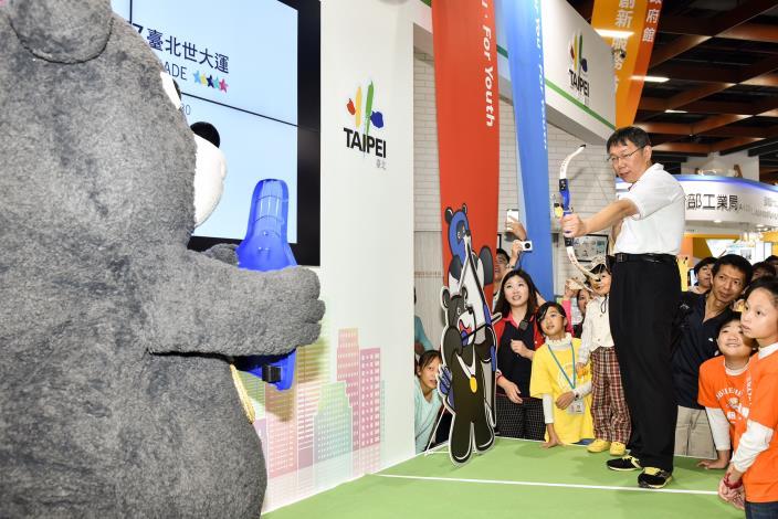 圖2:柯市長與熊讚一起進行射箭比賽,現場民眾齊喊加油![開啟新連結]