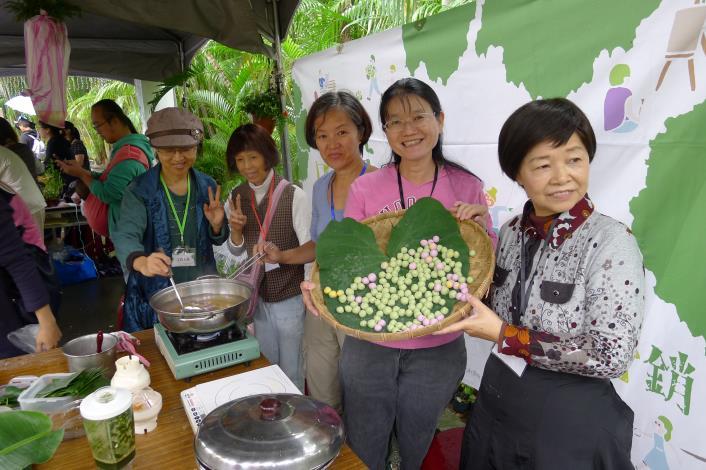邀請田園城市志工參與三色湯園活動幫忙與陳沅蓀老師開心合影