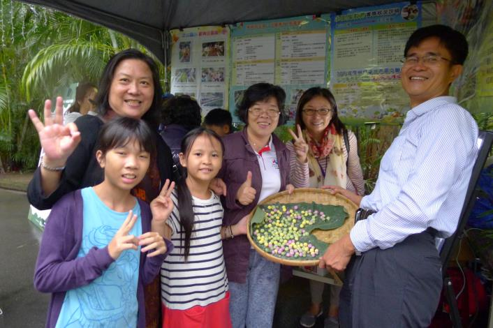 教育局小田園計畫參與的小朋友,一同加入搓湯圓的體驗