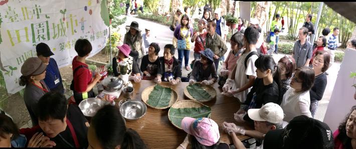 參與者專心聆聽陳沅蓀老師講解天然湯圓的植物萃取方式
