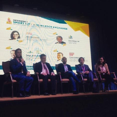 圖1:巴塞隆納代表Elia Hernando Director、臺北市林欽榮副市長、馬來西亞賽城代表Faris Yahaya Managing Director、阿姆斯特丹代表Frans-Anton Vermast Senior Strategy Advisor、大會主持Dr. Fahmi Ngah(由右至左)。