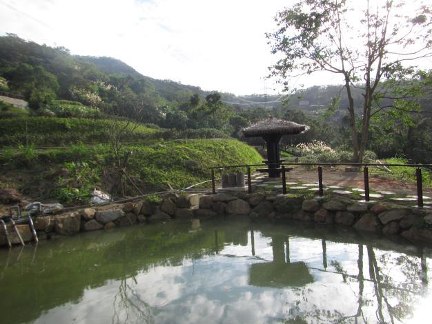 照片06 茶園間池邊小涼亭