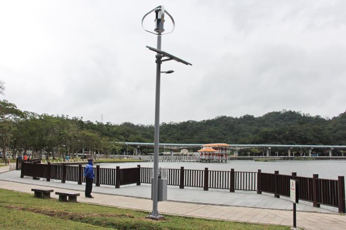 圖3. 大湖公園湖邊步道設置手機充電站風光互補路燈