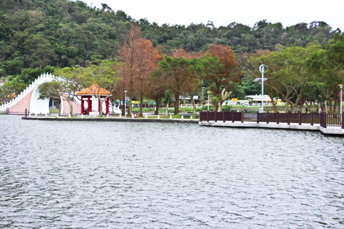 圖4. 大湖公園湖邊步道手機充電站風光互補路燈