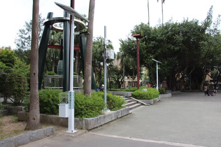 圖2. 228公園凱道入口2盞舊太陽能園燈整修加裝手機充電站