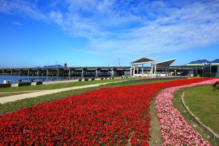 由72,000盆花草來營造花毯圖騰 非常壯麗吸睛