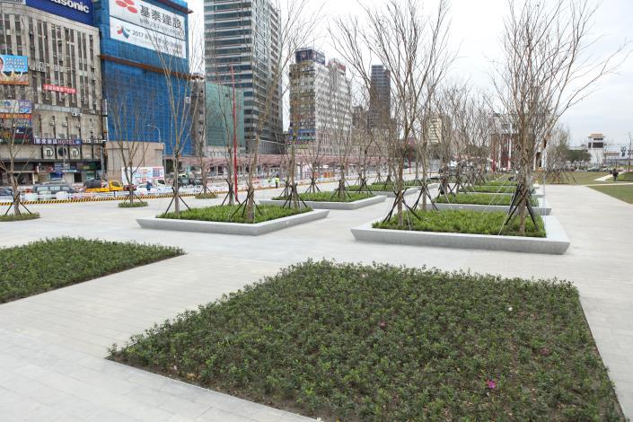 圖7.廣場南側採用樹木矩陣設計,透過蓊鬱的綠樹,傳達臺北的首都意象。.JPG[另開新視窗]