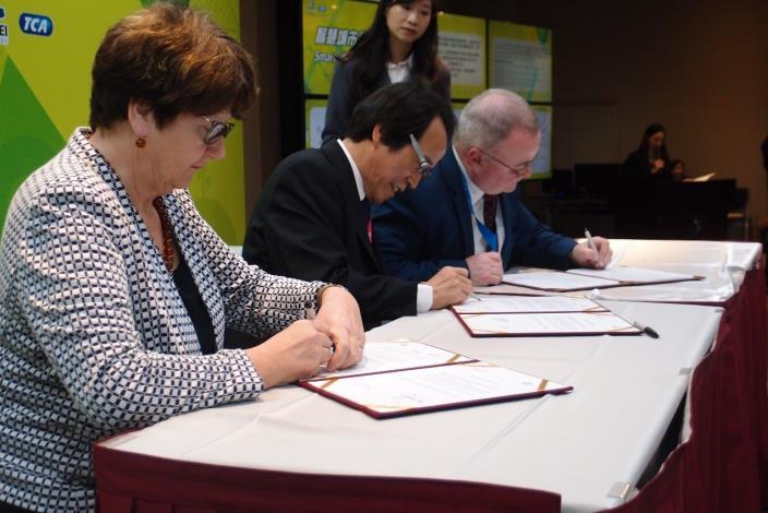圖4-5:林欽榮副市長與英國格林威治市及彼得伯勒市簽訂合作備忘錄