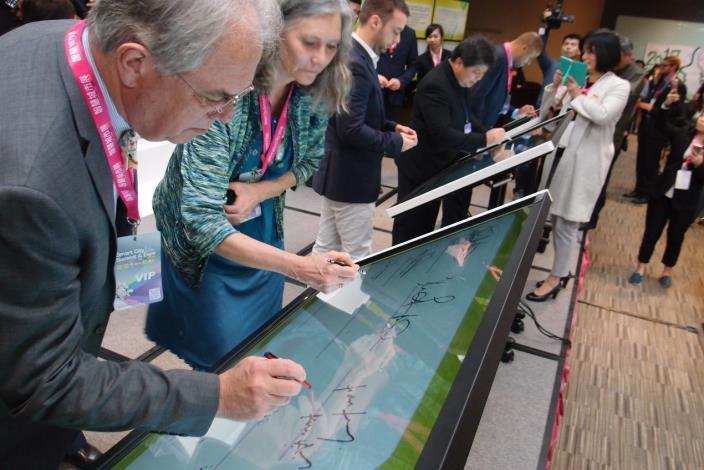 圖1-3:北市與城市首長攜手簽署「智慧城市‧臺北宣言」