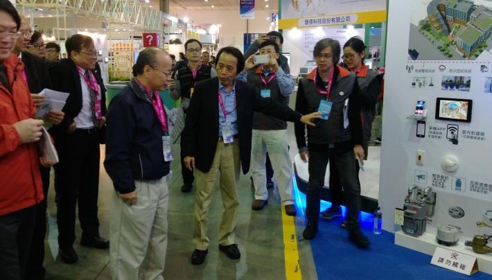 圖5:林欽榮副市長向中央長官解說願景館展區特色。