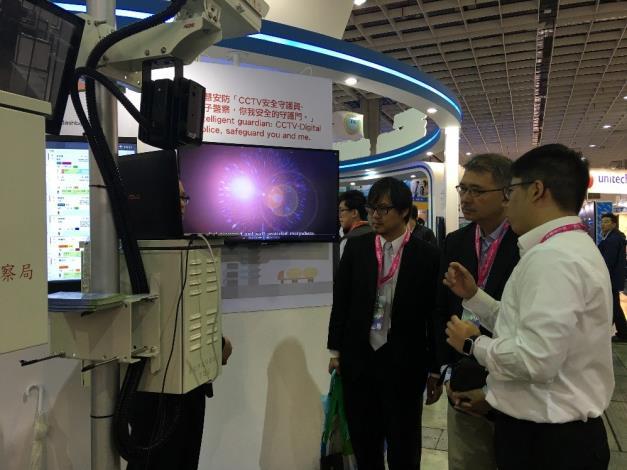 圖4:市府人員解說臺北市政府警察局CCTV安全守護員系統。