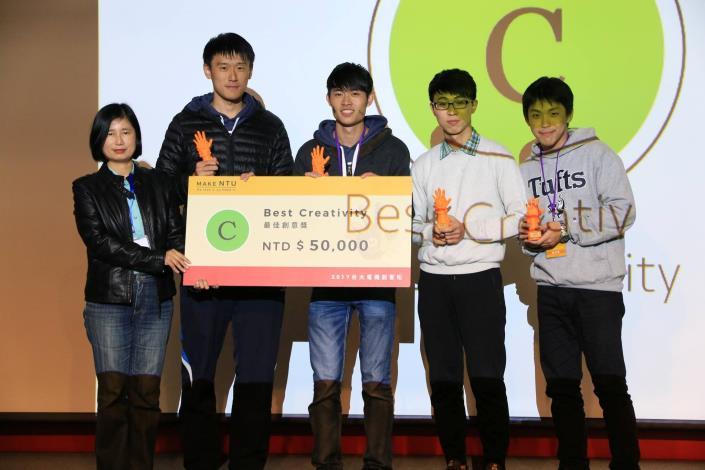 圖說:資訊局陳慧敏主任秘書頒獎給最佳創意獎得獎團隊
