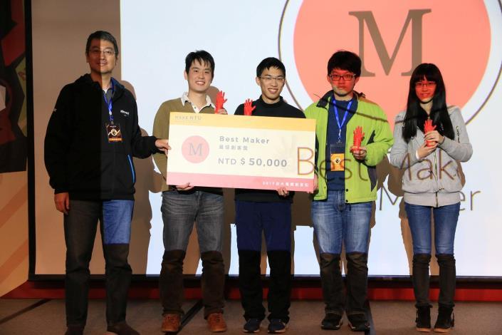 圖說:AppWorks CTO 梁子凌先生頒獎給最佳創客獎得獎團隊[開啟新連結]