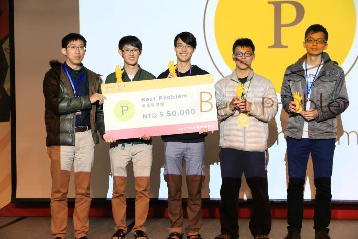 圖說:台大電機系簡韶逸教授頒獎給最佳問題獎得獎團隊