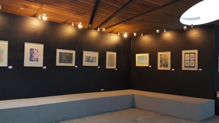 圖4、師大美術系師生於「臺北典藏植物園」展出畫作,表現玫瑰各種的不同風情。[開啟新連結]