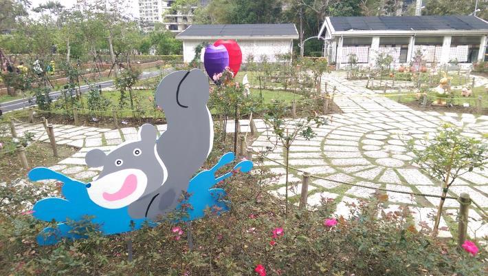 圖5.公園處邀請全台熊讚迷,與玫瑰園內俏皮可愛的「熊讚」合影。
