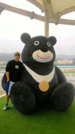 熊讚拍照之餘,為了自身安全,切勿攀爬或以尖銳物品扎(割)