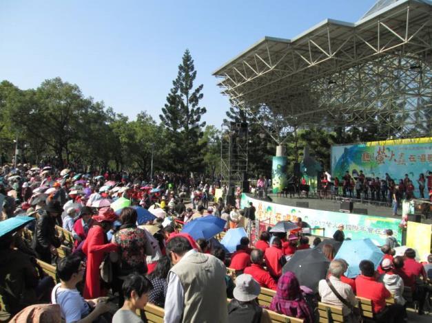 (圖3)臺北市立民生國中管樂團吸引民眾仔細聆聽