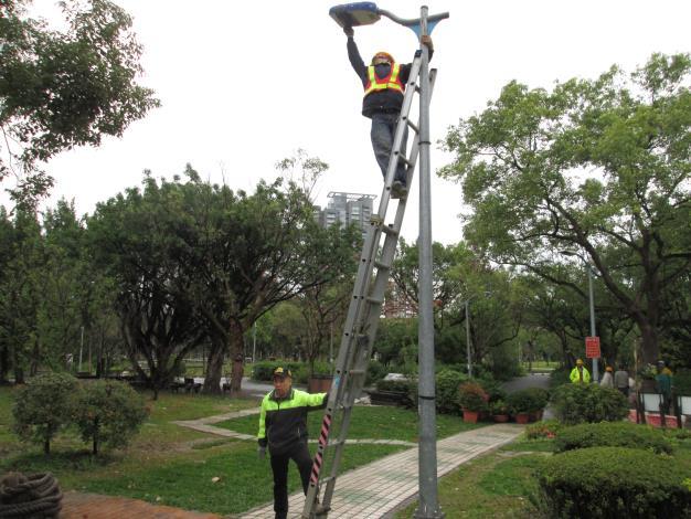 (圖4)為避免路燈照明影響螢火蟲,公園處於周邊裝設遮光網