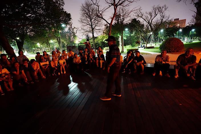 (圖9)經由楊平世老師詳細解說下,志工對螢火蟲生態更加了解