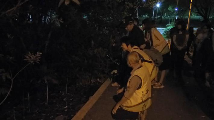 (圖2)在臺大昆蟲系楊平世教授細心指導,率領志工守護螢火蟲