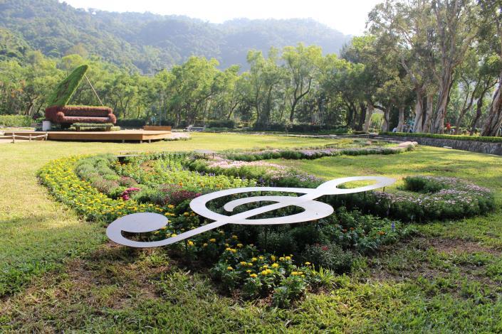 圖5.菊花搭配音符及4.5米鋼琴綠雕呈現「不能說的秘密」